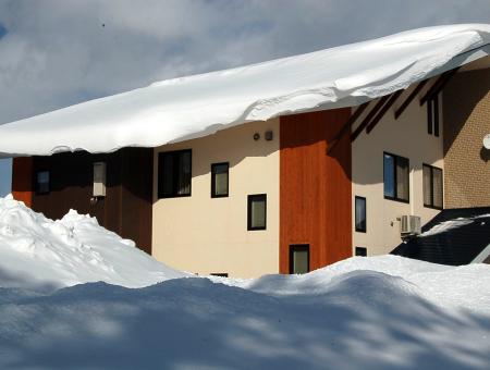 【豪雪地域必見】屋根の雪下ろしの必要をなくす3つの方法
