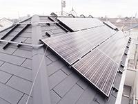 業界初!屋根に穴をあけなくても太陽光パネルが設置可能!