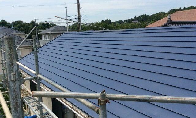 横葺き屋根のメリット・デメリットとは?ガルバリウム鋼板屋根の種類と葺き替えのポイント